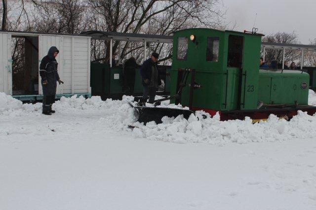 Lokomotivet måtte tage tilløb flere gange, men kørte fast efter få meter - igen og igen. Sporet blev dog ryddet i løbet af nogle timer.