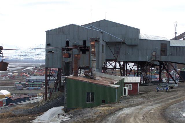 Centralt i Longyearbyen lå tovbanecentralen, hvor tovbanerne fra gruberne mødtes og vognene fordeltes til kaj og kraftværk.