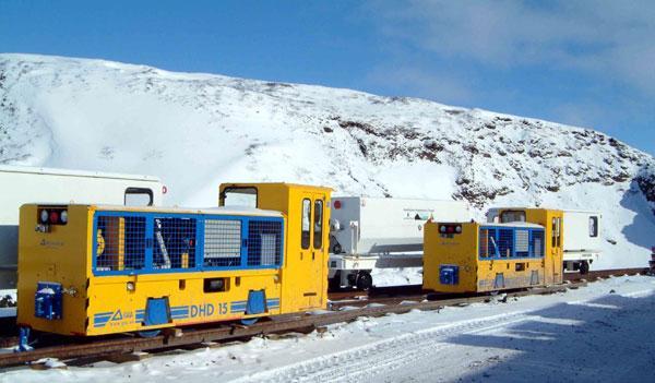 Disse to GIA-lokomotiver uden synligt nummer er taget af Sigurdur Gudjónsson i foråret 2006. Materiellet ser her endnu nyt ud, og boremaskinen er endnu under montage. Entusiaster lukkes endnu ind.