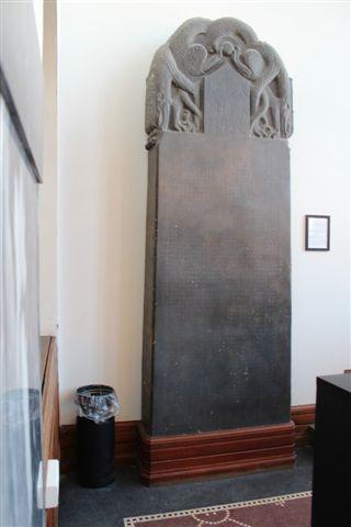 """Nestorianerstenen har stået på Det Kongelige Bibliotek siden 1914. Det er en gipsafstøbning af en stenkopi, som journalist og forfatter Frits V. Holm (1881-1930) lod kopiere i Xian, Shenxi-provinsen. Originalen står i """"Stenskoven"""" på museet i Xian. Foto fra 2013."""