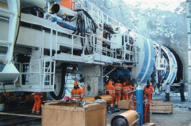 Den ene boremaskine i foråret 2006, mens entusiaster endnu kunne få adgang. Foto: