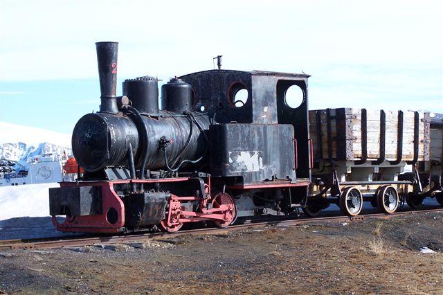Ny Ålesund Kulkompani nr. 2, Borsig 7095/1909. 900 mm sporvidde. Lokomotivet er opstillet som Denkmal ikke langt fra anløbsbroen. Det trænger i den grad til en gang maling, Meget plade er dog allerede rustet bort i den salte luft.