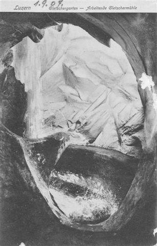 Postkort fra 1907, der viser gletschermøllen, hvor der oven i købet løber vand.