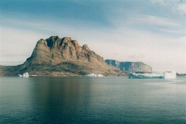Så nærmer vi os Uummannaq, som ligger på øen forude. Der var dog stadig mere en en time derhen. Navnet på byen og fjeldet betyder de hjerteformede. Vi ser fjeldet fra vest, men drejer vi øen 90 grader er der kun ét hak som i et hjerte.