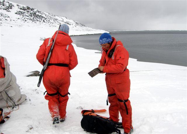 Bevæbnede guidepiger med geværer. Kerstin fra Norge er ved at tage patroner ud af æsken. Vi er forlængst kommet i land, så var isbjørnen dér, var det lidt sent at lade. Stranden var sikkert afsøgt, inden vi kom.