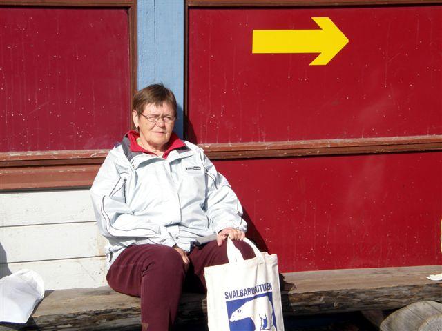 I solen op ad en mur var det lunt nok i Longyearbyen til at sidde ude og spise Brugsens sandwiches til frokost. Måske ikke hver dag, men den dag, vi ventede på flyet hjem.