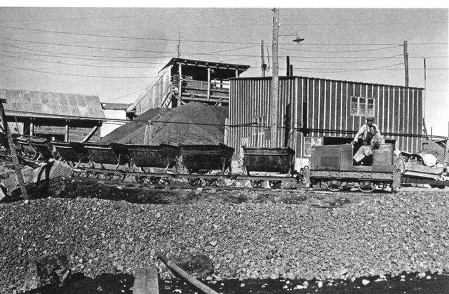 Tidligt Pedershåblokomotiv tilhørende Højgård & Schultz på vandkraftanlæg ved Tingvallavatn engang i 1930'erne. Arkiv Sigurdur Gudjonsson.