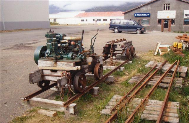 Þingeyri. Sporvidden er 750 mm. Hjemmelavet motordrevet køretøj. Motorfabrikatet kan ikke tydes. Der var tale om en bane mellem pakhuse og havn.