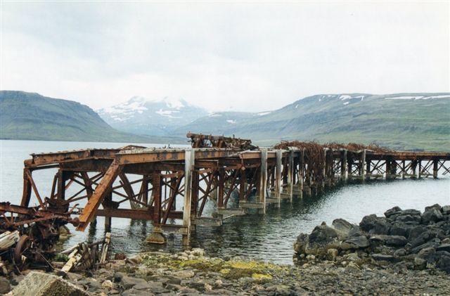 Den britiske flådebase Hvitanes i Hvalfjorden. En af vognene er kort efter fotoet kommet på museum i 2001. Foto Sigurdur Gudjonsson.