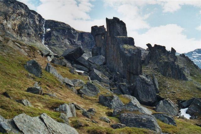 Selv om de lodrette klipper her geologisk godt kunne udlægges som en gang, var der så mange store sten og et bjerg oven over, hvor de manglede, det jeg er ikke i tvivl om, at jeg stod over for et sammenstyret bjerg. De findes også i Alperne. En forstenet by er den nærmeste en oversættelse, jeg kan komme jeg kan komme. Sten kan på dansk godt gøres til tillægsord og bøjes, men så givet det en anden mening. Vi er i Blomsterdalen oven for Vassijaure station.