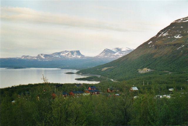 Udsigt fra hytten klokken 2 om natten. I baggrunden Lapporten. Egentlig skulle den hedde Lappporten, for Lappland er med to p'er, men svenskerne har lige som andre germanere rationaliseret. Gletscherdalen er en samisk helligdom. Til højre bjerget Njulla 1164 meter og en malmbanetunnel. I forgrunden Björkliden.