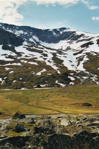 En lille gletscher har ligge på toppen engang og møvet sig ned og dannet en rund dal, en cirkusdal. Nu er der for varmt til gletscheren, så den er forlængst smeltet, men vandet løber stadig og har dannet en meget fin aflejringskegle. Vi skulle tværs over den.