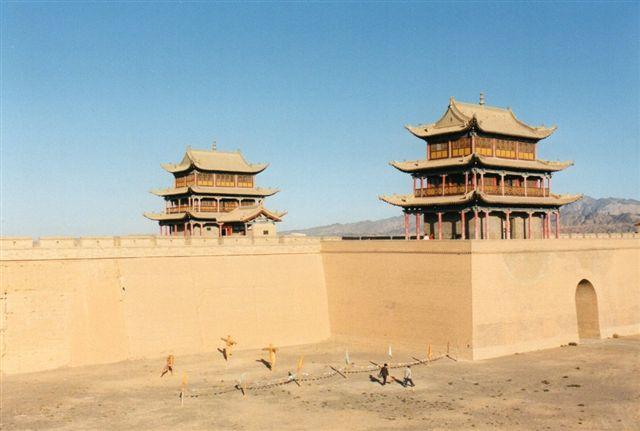 To af portene i den tredobbelte port ud mod ørkenen. Porten kaldes Jadeporten. Indenfor og mellem murene boede vagtsoldaterne. I dag kan de besøgende prøve at skyde med bue og pil. Der var i øvrigt også et teater inden for murene. Alle fotoene herfra er fra 1999.