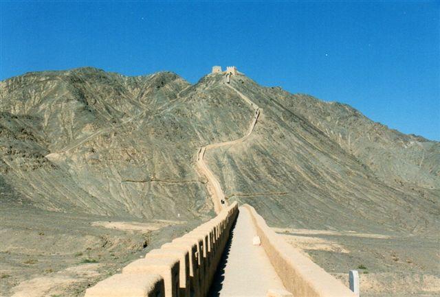 Den kinesiske murs nordvestligste vagttårn. Man regnede ikke med, at fjenderne gik gennem bjergene, men gjorde de, skulle de over de næste 6000 kilometer stadig passere muren.