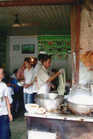 Nudelfremstilling. Af en eller anden grund er vi i Shanghai 2007, da jeg åbenbart ikke fotograferede nudeljongleringen på nogle af de andre ture, skønt jeg ofte så på, og nudelmageren ofte optrådte. En fagkvinde påstod, at muslimerne var de bedste til nudelfremstilling, og disser folk her i Shanghai er da også huikinesere (muslimer.)