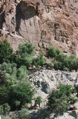 Rejsende buddhister på Silkevejen har efterladt sig blandt andet dette 14 meter høje relief i Kargah ved Gilgit i Pakistan. Foto fra 1995.