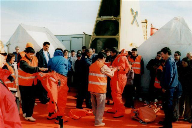 Ikke bare fik vi redningsvest på, men der demonstreredes også overlevelsesdragter. Hvor mange caraibiske krydstogstsskibe, der anløber Grønland eller Svalbard tor du, der har overlevelsesdragter til alle 7000 ombordværende? Redningsvesten holder dig i live i et par minutter i isvand!
