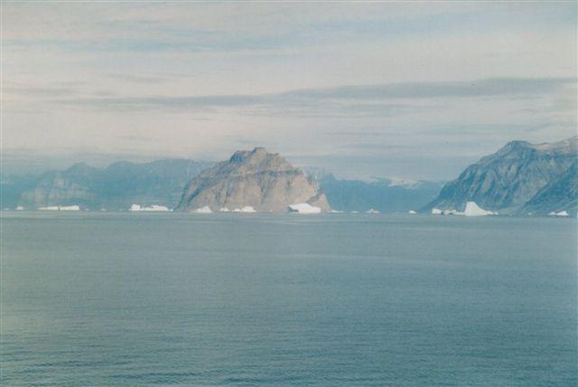 Den karakteristiske ø Sagdleq og til højre Agpat.