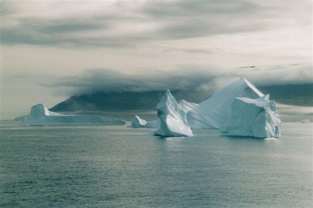 Morgentågen ligger endnu over de op til 2000 meter høje bjerge. Søgangen er minimal. Bemærk, at de tre dele isbjerg hænger sammen under vandet.