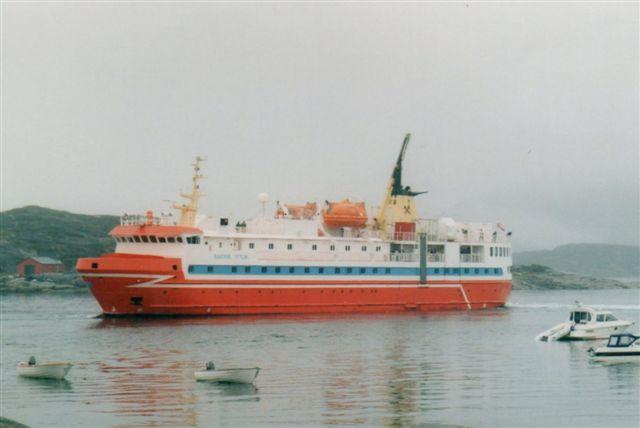 Den ene af hjemmestyrets to skibe, Sappik Ittuk, der dengang sejlede. Senere lukkede hjemmestyret ruterne og erstattede trafikken med den ekstremt dyre fy- og helikoptertrafik. Skibet ligger her på reden i Qeqertarsuaq, der tidligere hed Godhavn.