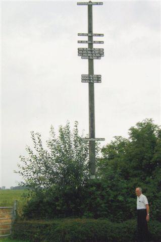 Tysklands dybeste sted. Ved sammenligning med hegnet og min bil står NN, Normal Nul ikke 3,54 meter oppe, for p-pladsen var hævet betydeligt. Den mælk og de bøffer, der kommer fra køerne i baggrunden, koster temmelig meget Co2 at fremstille, idet regnvandet skal hæves med pumpe mindst 3,54 meter. De har dog et atomkraftværk lige i nabolaget, Brockdorf.