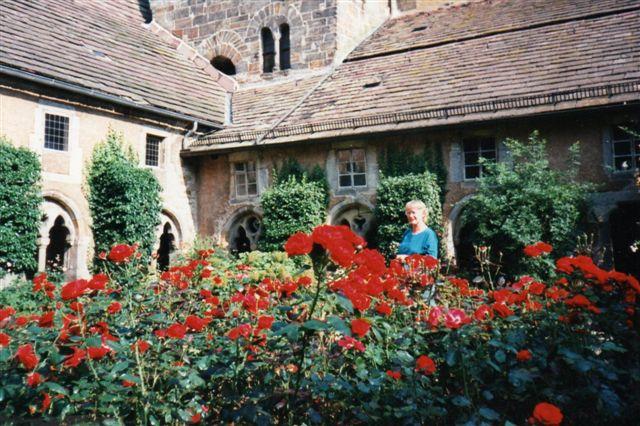 En klosterhave i en gammel klostergård med buegange som her i klostret i Fischbeck kan være smuk. Klostret var endnu beboet af nonner.