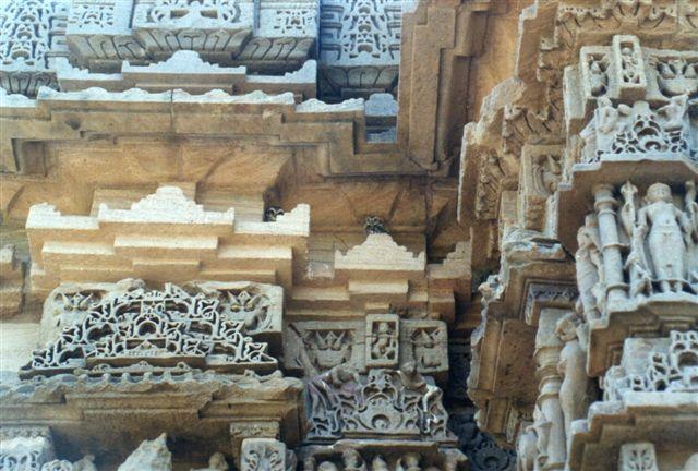 Søjle i Surya- Soltemplet i Modhera. Både hindu- og jainkulturen havde tegninger til 150 forskellige typer søjler, og de var forskellige. Kineserne har brugt de samme byggetegninger i flere tusinde år til stort set alle deres bygninger. Her i Indien var ikke to søjler ens. Ser du et lille jordegern, er du på rette spor. Der var også kirkeugler, her kaldet tempelugler. Duerne blev derimod jaget ud, skønt også de kunne være reinkarnationer af tempeltjeneres bedstefar?