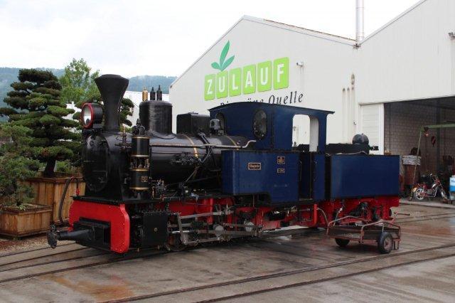 Sequoia, MBA 13585/1944. MBA er Maschienenbau und Bahnbedarf AG, Babelsdorf, det tidligere O&K. Maskinen leveredes som ny til en sukkerfabrik i Ciechanòv i det tyskbesatte Polen. Efter krigen kørte lokomotivet som PKP Ty-3 194 på de tidligere Jarociner Kreisbahns reststrækning Witaszyce – Zagòròw. 1975 blev søsteren PKP Ty-3 195 solgt til Ohs Bruk, og 1977 kom PKP Ty-3 194 til Schinznach. Imidlertid var mandskabet i gang med ikke bare at pudse lokomotivet, men der brugtes også flittigt skruenøgler. Senere så jeg, at det var trykluftpumpen, de skruede på. Senere ankom en mand i en rød bil og deltog med flere skruenøgler, men lige meget hjalp det. De fik ikke pumpen i gang. Vognene var trykluftbremsede, så systemet skulle åbenbart virke. Da vi var væk igen, tror jeg at maskinen var i orden og blev indsat.