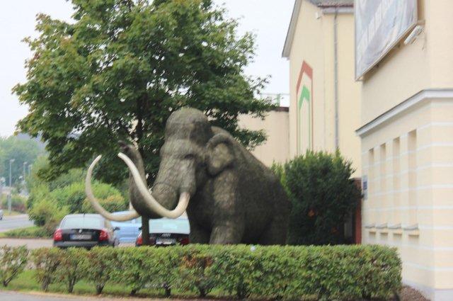 Mammutten i Nordhausen uden for spritfabrikken.