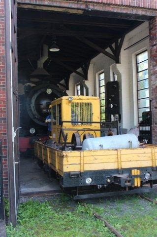 Mammutten er ved at blive trukket ud af remisen i Rübeland af en banetjenestetrolje af DDR fabrikat. Først da der blev gruset med håndkraft, lykkedes det troljen at trække de 100 tons Mammut ud af remisen.