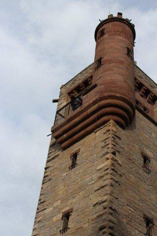 Edit hænger sit hår ud fra tårnet. Desværre kan jeg ikke nå, så jeg må tage trappen.