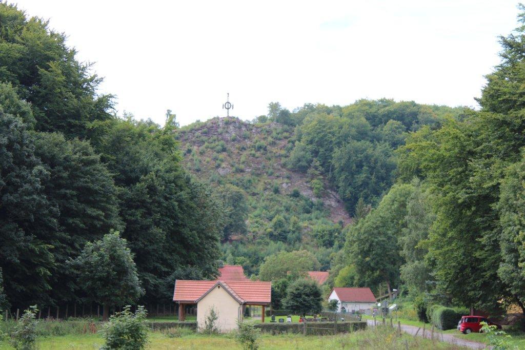 """""""Majstangen"""" med kvasterne på bjerget højt over byen Questenburg."""
