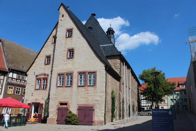 Kalkoolither herfra var benyttet til blandt andet vejbelægninger, til Rapunsels Tårn og til Rådhuset i Sangerhausen som ses her. Det er bygget 1431 - 37 af kalkoolither, gavlen er dog pudset. Gad vide, om arbejdsklimaet står mål med stenens egenskaber?