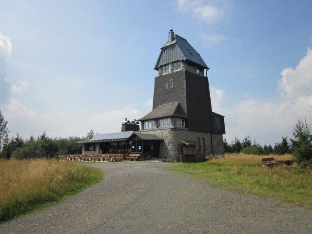 På bjergtoppen 811 meter stod dette tårn med en lille café.