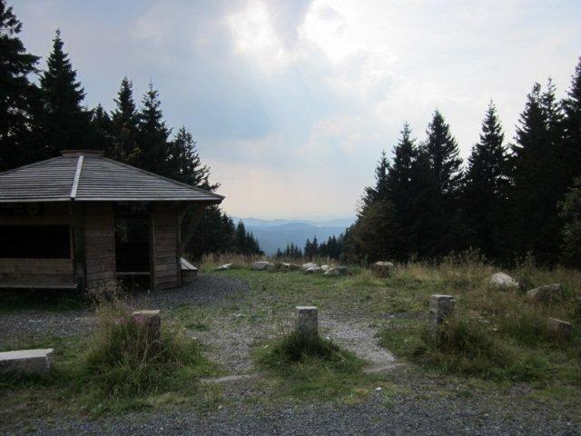 Kort efter p-pladsen lå denne tilflugts- eller grillhytte. Her var som det eneste sted lidt udsigt over Harzen.
