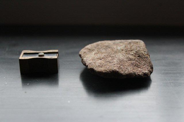 Et ikke særlig fremragende nærbillede af Kalkoolith. Blyantsspidseren angiver størrelsen.