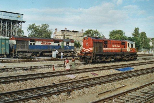 Et par festligt farvede bredsporlokomotiver i den ligeledes festligt farvede Jaipur. Byen var hovedsagelig pink!