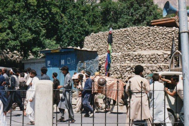 Hesten, sikkert Husseins hest fra slaget, men den skulle have været hvid. Det blå skur er en butik. Stenene i baggrunden danner dels støttemure, dels husvægge.
