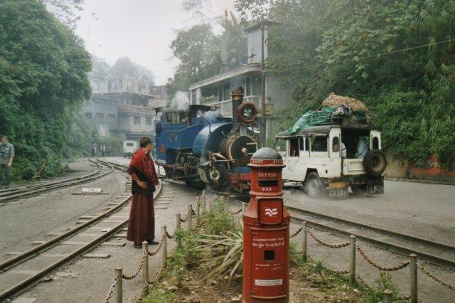 Munk og Postkasse. Lokomotivet måtte helt uden om stationen for at løbe om.