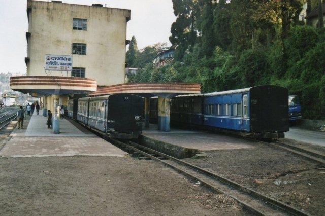 Toget holder ved perron.