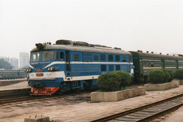 BJ 3291 i beijingblå på den gamle hovedbanegård 1995. Fabrikken hed Beijing, og på fronten ses en plade der viser Den himmelske freds Port. Der fandtes typer på 2000 og 3000 hk, men de kørte hovedsageligt omkring Beijing.