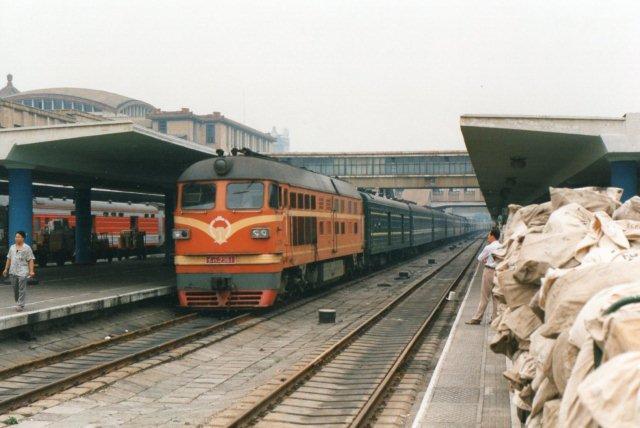 DF 4 2361 i på Beijings gamle hovedbanegård 1995. Dette lokomotiv var i følge sin plade bygget i Daton 1992. Bemærk postsækkene.