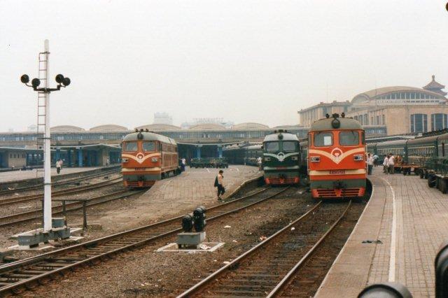Fra venstre ses DF 2475, BJ 1660 og DF 2529. Vi er på Beijings gamle hovedbanegård i 1995.