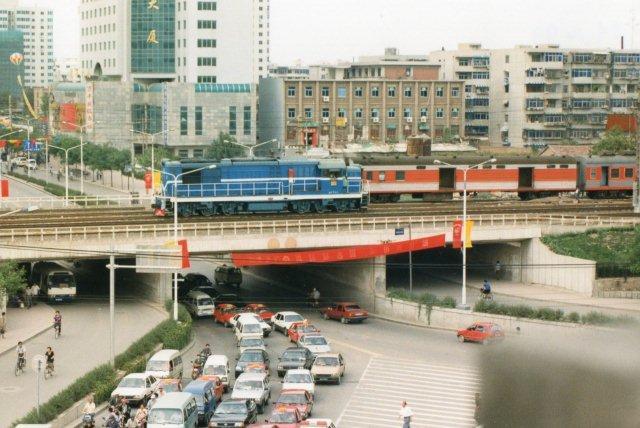 Fra den gamle bymurs port i Xian så jeg dette diesellokomotiv i 1999, men jeg fik af gode grunde ingen data på det.