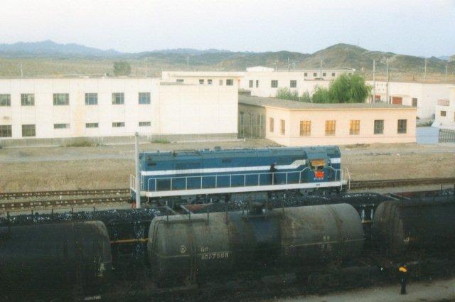 Dette disellokomotiv, der er anderledes en dieselen i Xian, stak af, inden jeg kom tæt nok på til tage data. Lianyuan er station for ørkenbyen Dunhuang med de gamle buddhistiske huletempler, omend der er et halvt hundrede kilometer mellem by og station.
