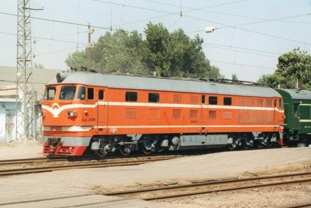 Et lokomotiv af typen Dong Feng af typen DF 6 på Beijing Sydvestbanegård 1999. Fabrikspladen var udelukkende på kinesisk.