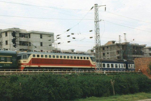 25 kV elektrisk lokomotiv af typen SS9 i Xian 1999. Selv om jeg ikke her stod på bymuren, kunne jeg ikke læse den kinesiske byggeplade.