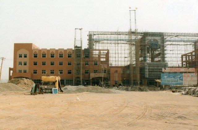 Den nordøstlige del af den under opførelse værende nye station i Kashgar i den vestligste Taklamakanørken 1999.