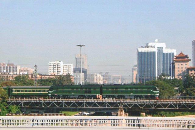 Dobbeltlokomtiv i Beijing nær den gamle hovedbanegård i 2007.