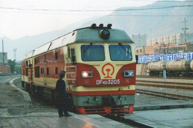 DF4D eksisterede stadig men nu forvist til yderområder som her i Xining nær det tibetanske plateau. Foruden 3205 var der endnu et lokomotiv for toget, men der var også en stærk stigning op mod Golmud på det tibetanske plateau, hvorfra Tibetbanen udgår.